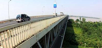 Đứng trên cầu Thăng Long, chồng thẳng tay ném vợ xuống sông Hồng