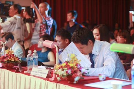 Hoa hậu Việt Nam 2012: Vương Thu Phương 'vượt' scandal có chồng vào thẳng chung kết