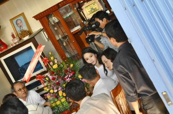 Hoa hậu Thu Thảo về quê thăm gia đình