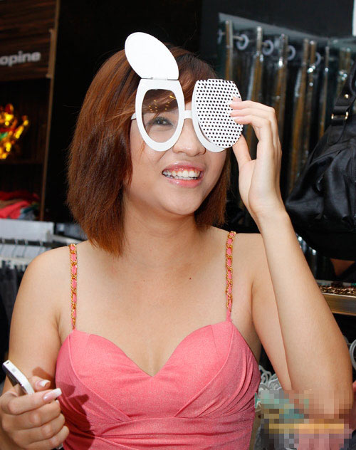 Zoom những mẫu kính mắt độc của sao Việt