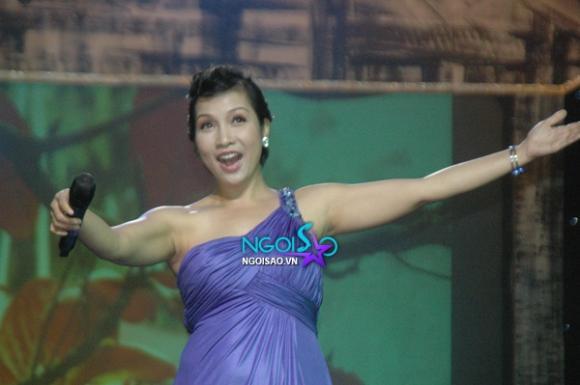 Jennifer Phạm làm MC trước cảnh Quang Dũng, Mỹ Tâm 'tình tứ'