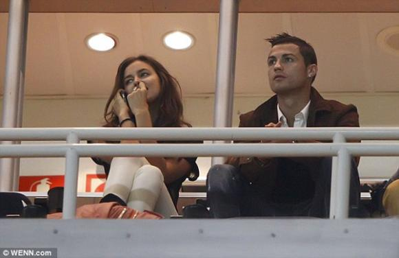 Irina Shayk hôn CR7 quên trời đất