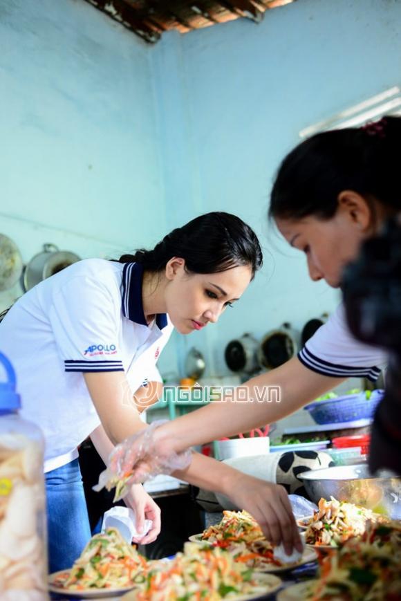 MC Nguyên Khang 'sánh đôi' Mai Phương Thúy đi từ thiện