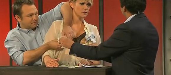 Nam MC giúp sao nữ vắt sữa trên truyền hình