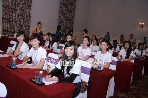 """Sôi động vòng thi Chung kết """"Nữ sinh viên Việt Nam duyên dáng 2013"""""""