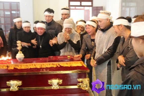 Gia đình nghệ sỹ Tuấn Dương khóc ngất khi linh cữu rời đi