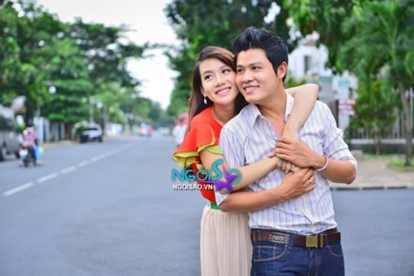 Nguyễn Văn Chung hôn yêu vợ trên phố