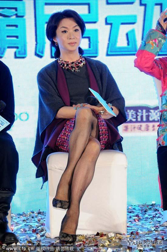 Nhà nghệ thuật chuyển giới Trung Quốc vẫn lộ yết hầu đàn ông