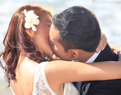 Những nụ hôn 'trầy da, tróc vảy' của sao Việt