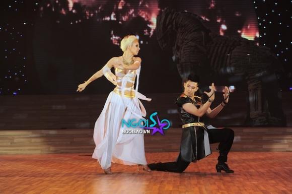 'Bước nhảy hoàn vũ': Thuỷ Tiên thích vẻ 'đểu cáng' của Ngô Kiến Huy