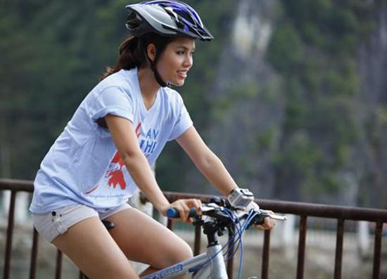 Sao Việt 'đua nhau' chuyển sang đi 'siêu xe hai bánh'