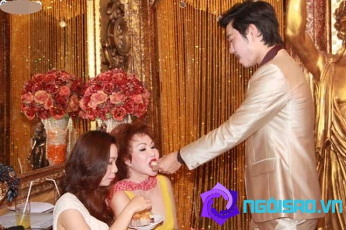 Kiểu thể hiện tình cảm 'khó đỡ' của các cặp đôi sao Việt