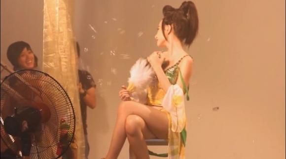'Nghẹt thở' ảnh, clip mới tung lên mạng của Angela Phương Trinh