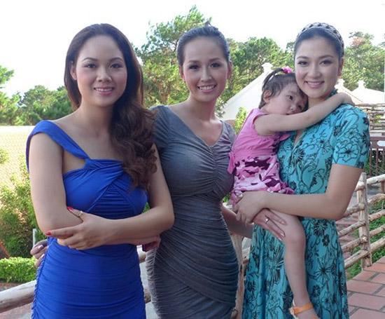 Con gái Hoa hậu Nguyễn Thị Huyền giống mẹ như đúc