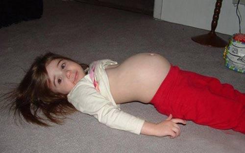 """Sốc: Cô bé """"mang thai"""" 3 con rắn suốt 5 năm"""