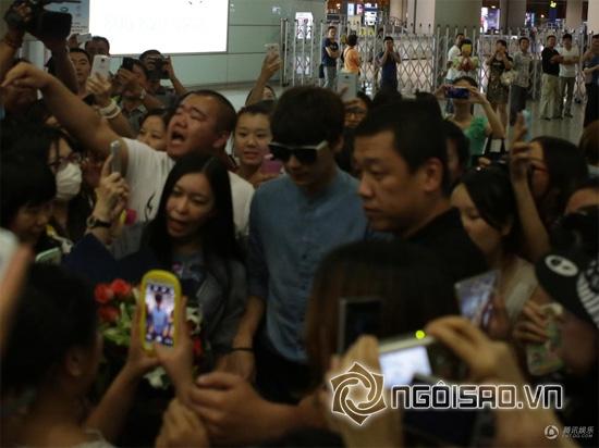 Fan Lý Dịch Phong chen chúc đón đợi thần tượng của mình
