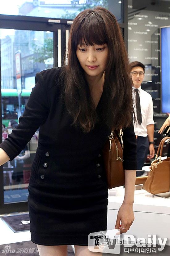 Bạn gái Won Bin nhợt nhạt và lộ bọng mắt to tại sự kiện
