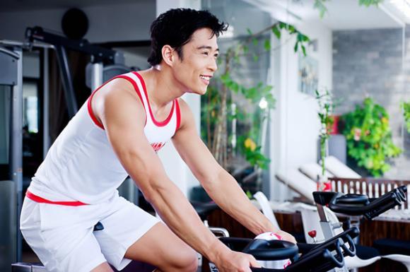 'Hotboy nổi loạn' Linh Sơn khoe body cực chuẩn