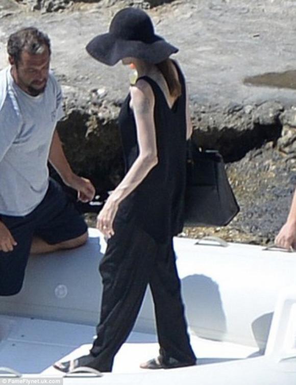 Jolie xuất hiện gầy nhẳng, khoe nhẫn cưới sau khi kết hôn