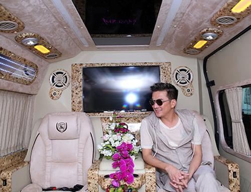 """Hoa hậu Huỳnh Thúy Anh """"đu"""" theo Mr. Đàm"""
