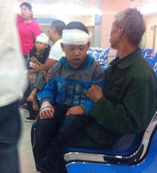 Không biết vẽ, 4 học sinh bị thầy giáo đánh đập dã man
