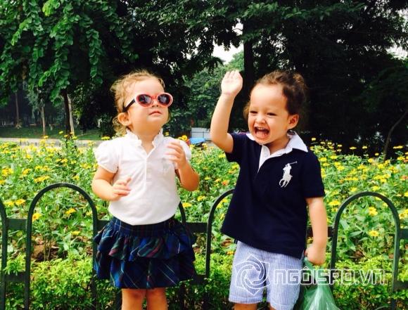 Hai con Hồng Nhung hào hứng xách rau muống đi chơi vườn thú