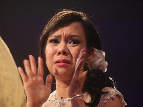 Việt Hương bật khóc vì nghệ sĩ bị đối xử tệ bạc tại Nhật