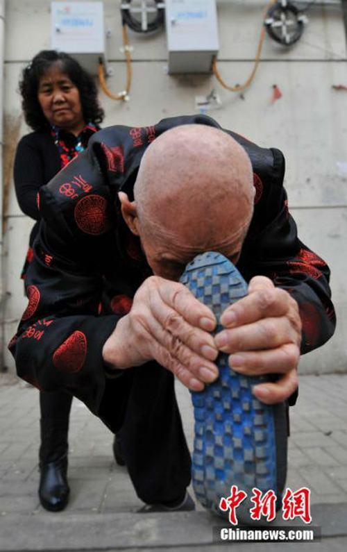 Sốc với cụ ông 96 tuổi có khả năng uốn dẻo phi thường