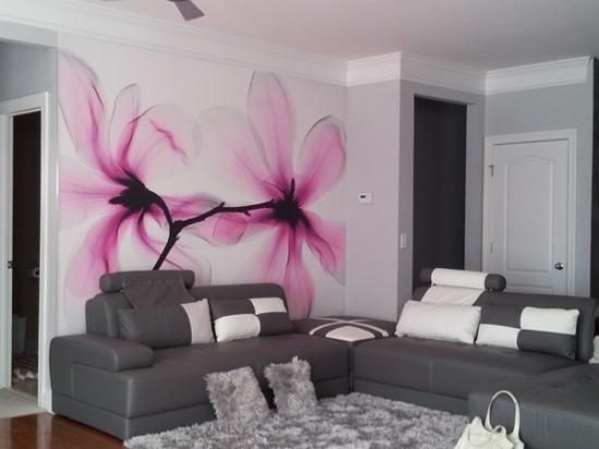Trang trí tường phòng khách ấn tượng với họa tiết hoa
