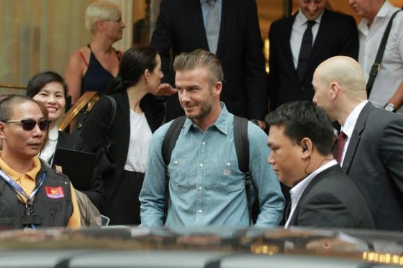 Beckham ăn mặc đơn giản nhưng vẫn cực cuốn hút khi rời Hà Nội vào TP.HCM