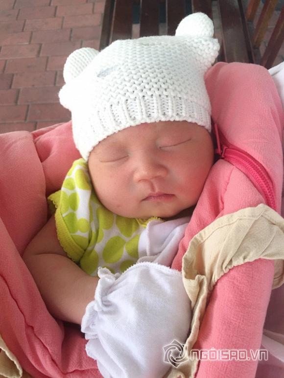 Vợ Lý Hải tung tăng đi chơi dù mới sinh hơn 1 tuần