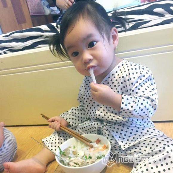 Con gái Lý Hải ngồi bốc ăn cực yêu