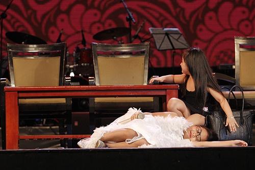 Phương Mỹ Chi giả ngất trên sân khấu - 2