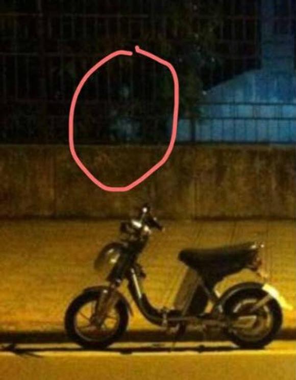 Giật mình bức ảnh bóng ma sau lưng thanh niên giữa phố Hà Nội