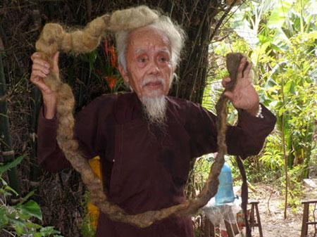 Cụ ông 70 năm không... cắt tóc, gội đầu với mái tóc dị