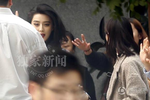 'Võ Tắc Thiên' Phạm Băng Băng bị vây kín trên phố