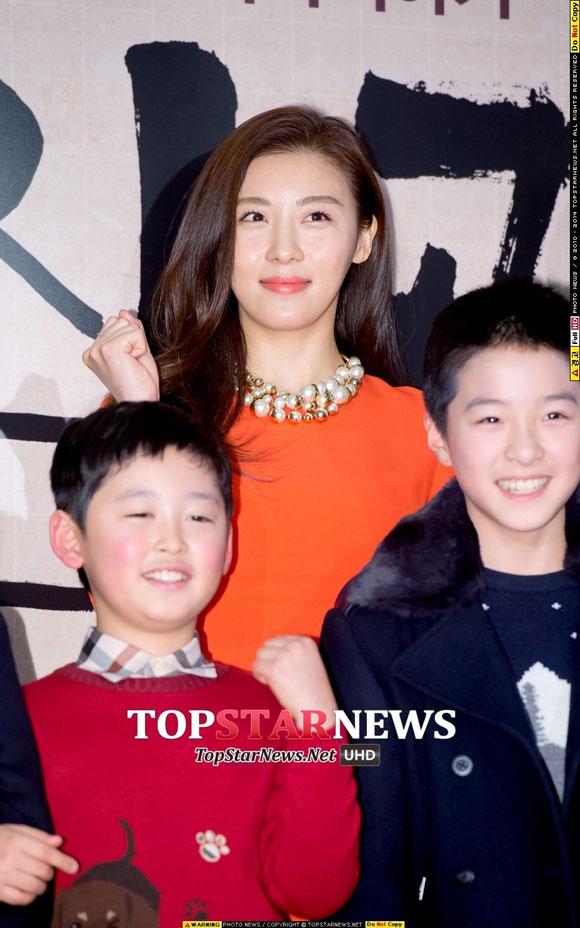 Ha Ji Won quyến rũ và nổi bật với váy cam tại sự kiện