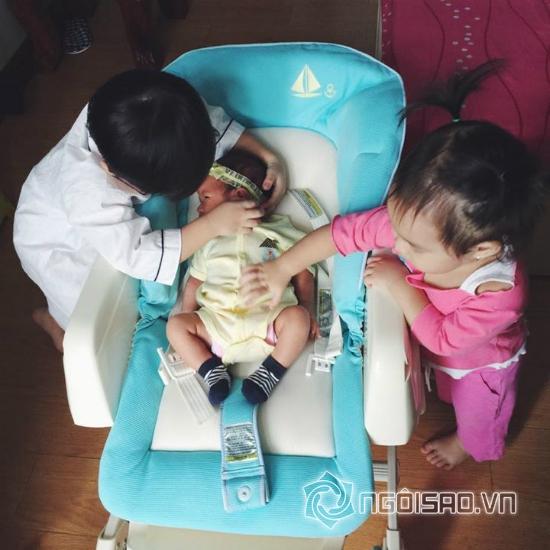 Hai con Lý Hải chăm em gái mới sinh siêu đáng yêu