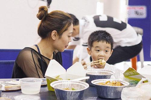 6 lỗi phổ biến của mẹ khi cho con ăn sáng - 1