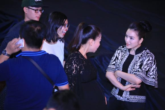Thu Minh vẫn hát sung dù bụng bầu 7 tháng 0