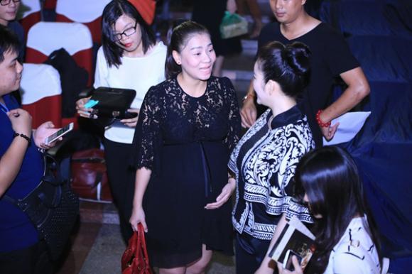 Thu Minh vẫn hát sung dù bụng bầu 7 tháng 3