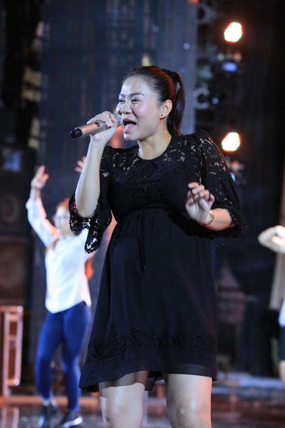 Thu Minh vẫn hát sung dù bụng bầu 7 tháng 1