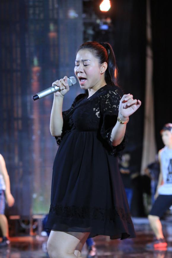 Thu Minh vẫn hát sung dù bụng bầu 7 tháng 2