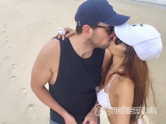 Hà Anh gợi cảm 'khóa môi' bạn trai trên biển