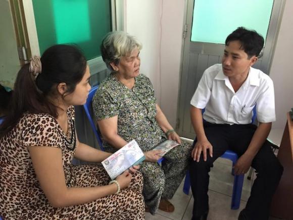 Hoa hậu Bùi Thị Hà tặng chi phí phẫu thuật cho 2 bệnh nhi ung bướu