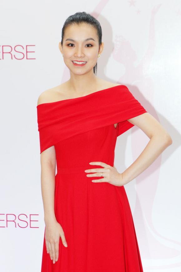 Hoa hậu Thùy Lâm hờ hững vai trần bên Trương Thị May