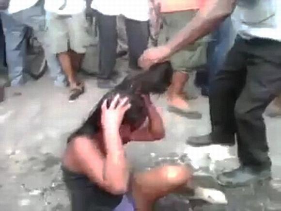 Cô gái 16 tuổi bị dân làng đánh đập và thiêu sống'  2