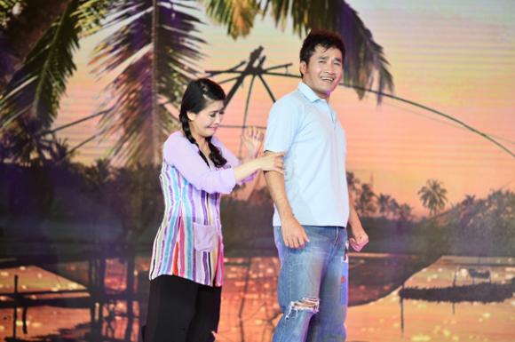 Kiều Oanh ôm người tình thắm thiết trên sân khấu 2
