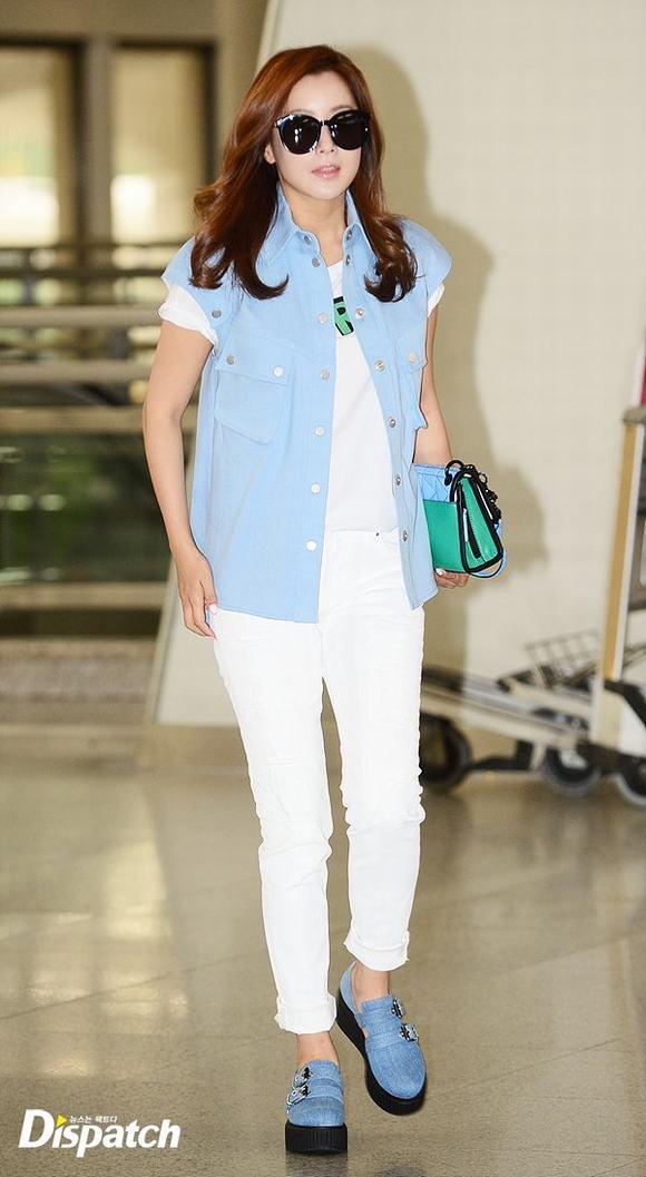 Kim Hee Sun ở sân bay 9