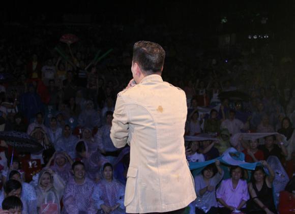 Khán giả đội mưa để xem Đàm Vĩnh Hưng 1